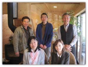 左後ろから菅野さん、小林さん、佐藤さん、 左前から長谷川さん、横山
