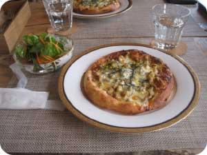頂いたのはなめこと味噌のピザととれたて野菜のサラダ